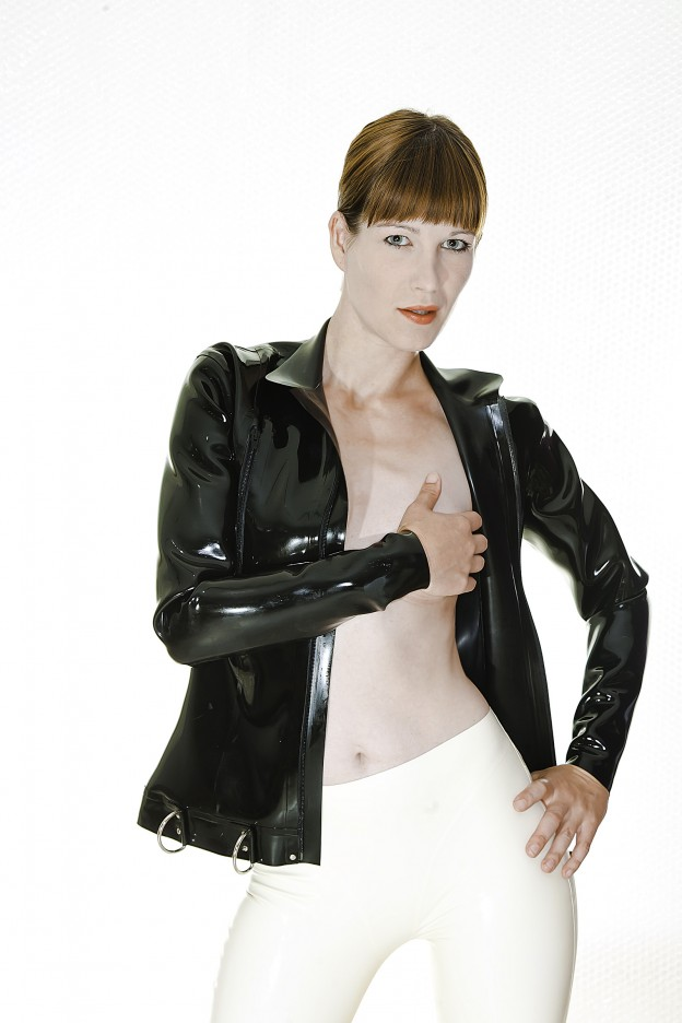 Latexjacke an Miss Wildhorse 6