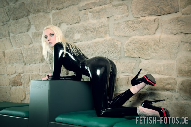 Sally im Latex Catsuit 3