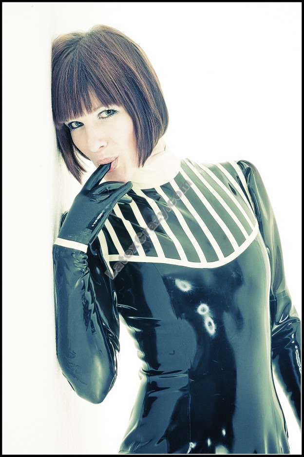 Miss Wild Horse modelt im LatexCrazy Latexcatsuit