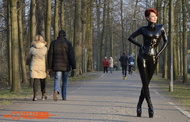 Latex Catsuit und Stiefel in der Öffentlichkeit tragen